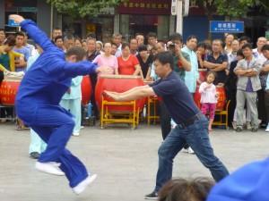 Démonstration de tuishou par Le Grand maitre Yang Jun. Noter le travail du partenaire qui littéralement s'envole